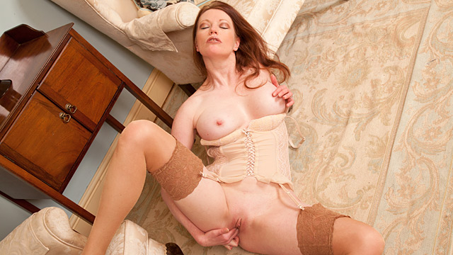 Horny housewife fucks her dildo
